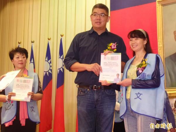 連勝文頒發台灣駻馬雄兵新住民大聯盟後援會副會長證書。(記者郭安家攝)