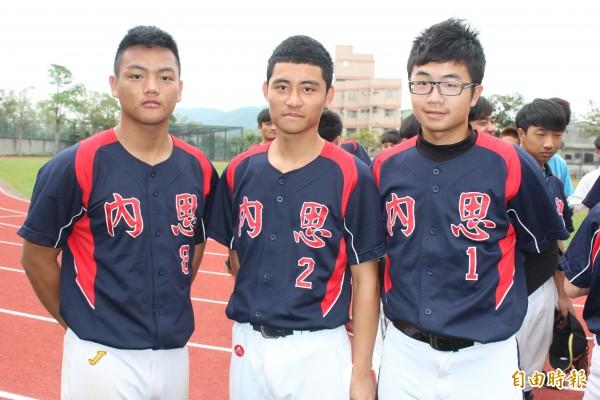 內思高工日前拿到全國高中聯賽軟式組冠軍3名有功隊員:謝皓然(從左到右)、夏育誠、林尚諭。(記者黃美珠攝)