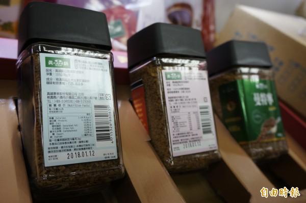 10月製造的真鍋咖啡有效期限應為2017年10月,但包裝卻標上2018年。(記者林近攝)
