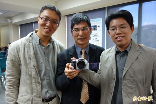 台大電機系教授陳良基(中)與清大電機系助理教授黃朝宗(右)與研究團隊共同研發「光場相機晶片」,可讓照片隨時調整焦距、景深,更縮短手機鏡頭元件一半的面積,預計將引爆攝影新革命。(記者吳柏軒攝)