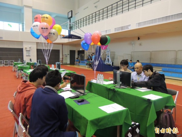 ACM國際大學程式設計競賽,以各色氣球作為參賽者是否完成題目的標誌,十分特別。(記者歐素美攝)