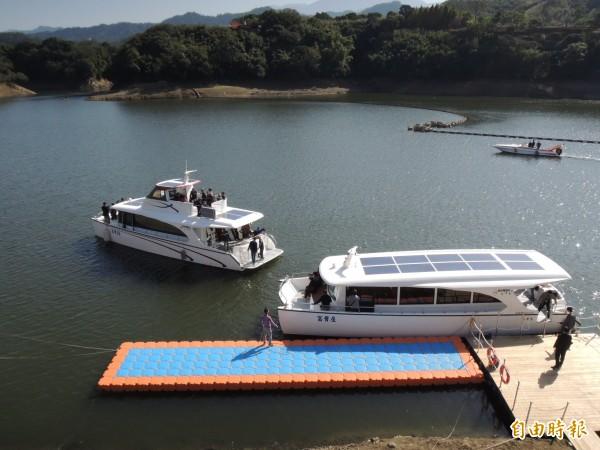 苗栗縣頭屋鄉明德水庫觀光遊艇停駛多年,業者打造全太陽能發電遊艇,今日舉行首航儀式。(記者張勳騰攝)