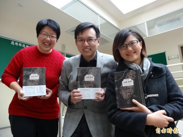 「走過台灣」桌遊由遊戲設計師劉力君(左起)、台科大教授侯惠澤、2Plus工作室負責人王亞灣一手催生。(記者楊媛婷攝)
