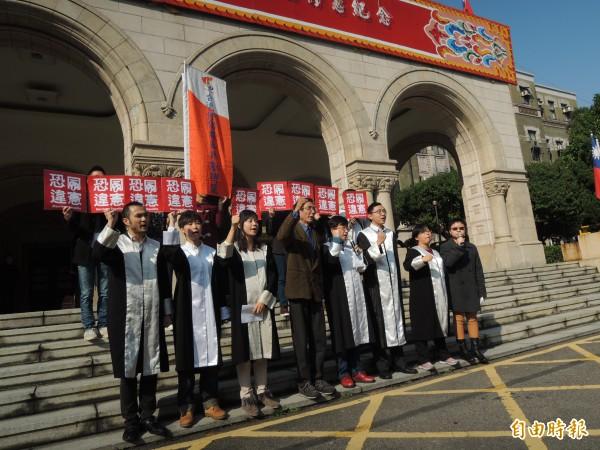 台灣伴侶權益推動聯盟與律師團到司法院前召開記者會,聲援祁家威同性婚姻聲請釋憲案,第一排左四為祁家威。(記者項程鎮攝)