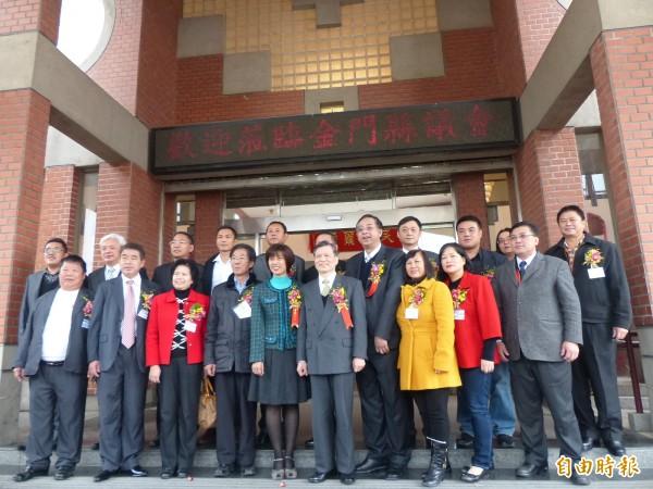 金門縣議會新生報到,十九名新科議員與監誓人何明錦(前排左六)在議會大門合影。(記者吳正庭攝)