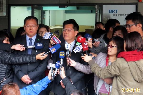 台中市長林佳龍(右)視察BRT行控中心後表示,3個月後提出體檢報告。(記者張菁雅攝)