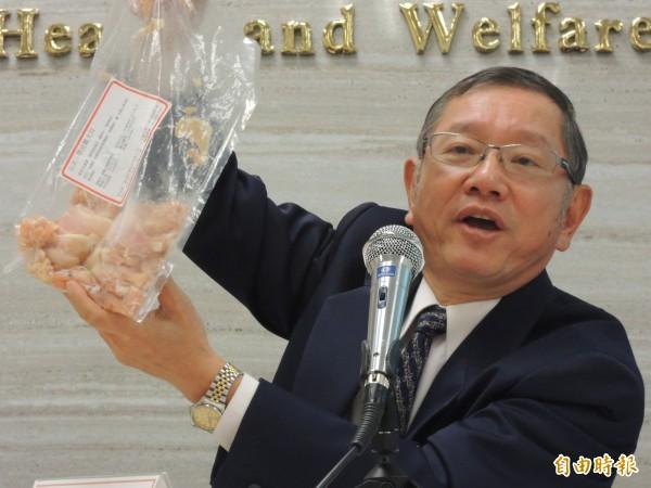 食藥署食品組組長潘志寬說,重組肉解凍後易散開。(記者謝文華攝)