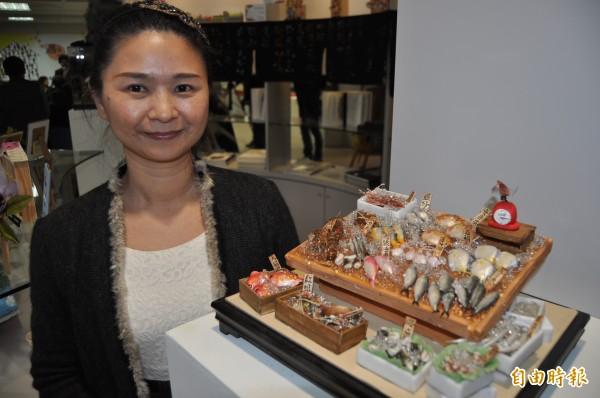 蔡幸璇與其「魚攤」粘土創作。(記者蘇福男攝)