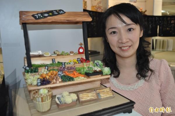 方詩雅和其「阿母的菜舖」粘土創作。(記者蘇福男攝)