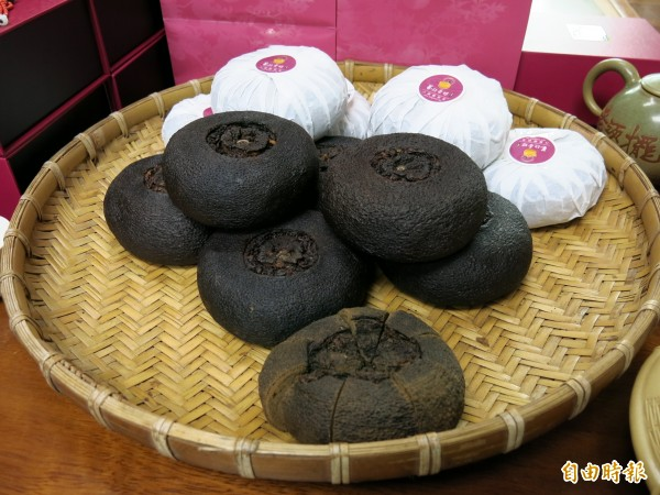 藝欣茶坊的酸柑茶,顏色深黑質地紮實。(記者鄭鴻達攝)