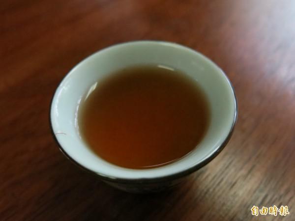 藝欣茶坊酸柑茶,顏色呈現美麗琥珀色,茶味中帶有柑橘酸香。(記者鄭鴻達攝)
