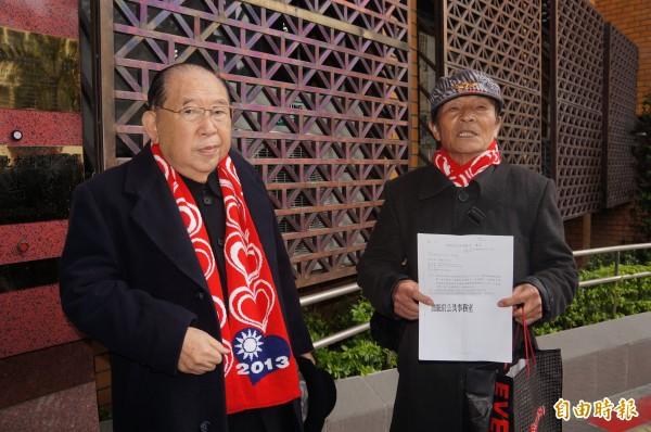 律師王可富(左)帶著退伍老兵馮西榮(右),到台北地檢署按鈴告發。(記者錢利忠攝)