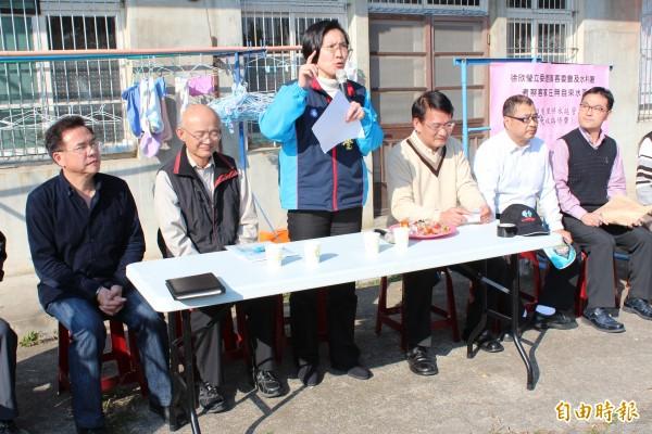 立委徐欣瑩(立者)為了拚偏遠民宅可以有自來水,今天下午找客委會主委劉慶中(右三)、水利署副署長賴伯勳(左二)下鄉了解民瘼。(記者黃美珠攝)