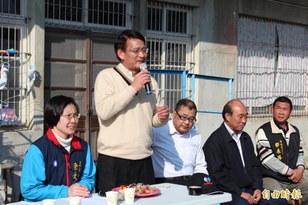 客委會主委劉慶中(立者)說,他們樂意幫忙新竹縣改善自來水問題,但須先研究適法性問題。(記者黃美珠攝)