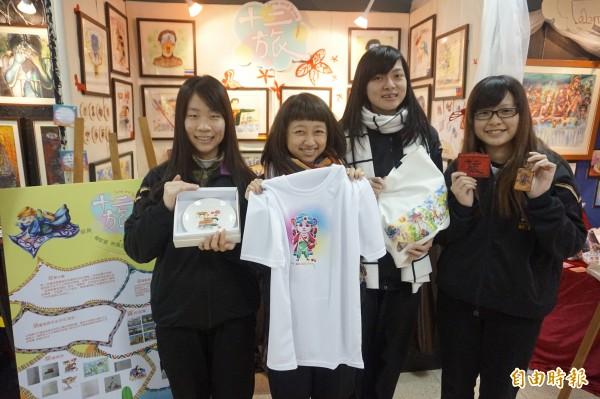 學生賴家萱(左起)、林佩芸、梁嘉芸及張家瑄將作品轉印到衣服、碗盤上,甚至是皮雕配件,展現多元美術技能。(記者張安蕎攝)