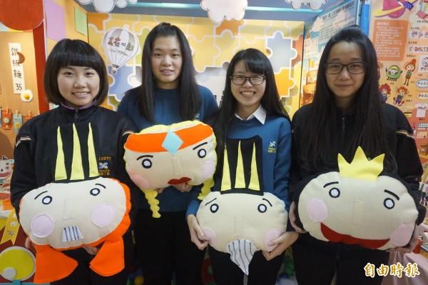 學生石宛平(左起)、許祐嘉、宋曼莘、劉俐妏共同創作的「盒在一起」榮獲展示設計組第一名。(記者張安蕎攝)