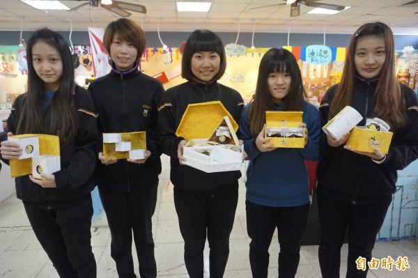 學生陳亭均(左起)、翁宓琪、石宛平、王綉茹及蕭意璇的作品「艾蜜莉亞」榮獲包裝結構設計優良獎第二名。(記者張安蕎攝)