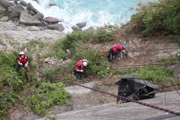 黑潮基金會志工垂降到蘇花公路清水斷崖下方,清理出大量廢棄物。(黑潮基金會提供)