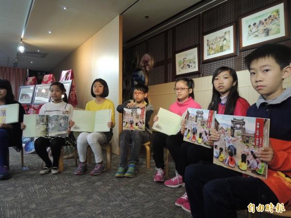 由8位學童參與書寫的「客家.童年.老故事」客家繪本公開問世。(記者蔡文居攝)
