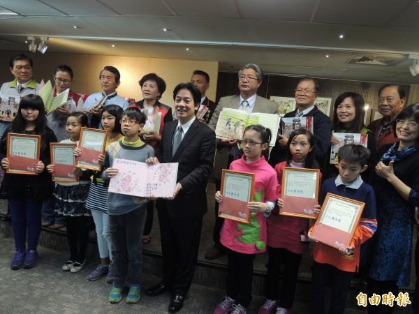 台南市長賴清德(中)接受參與繪本書寫的小朋友贈書,並與長輩及來賓們合影。(記者蔡文居攝)