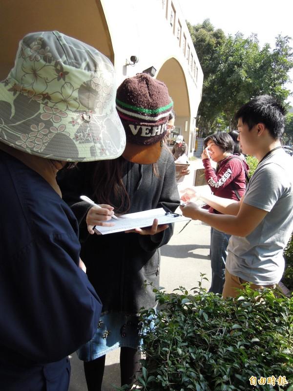 「島國連線」在各投開票所門口外設置「補正公投法」的連署攤位,邀請出門投票的民眾順便連署,支持其補正公投法、修改選罷法等訴求。(記者梁珮綺攝)
