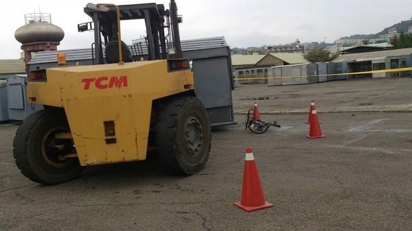 新竹縣竹東鎮的中油探勘處傳出堆高機操作不慎碰撞腳踏車意外,廠方事後封鎖現場。(圖由警方提供)