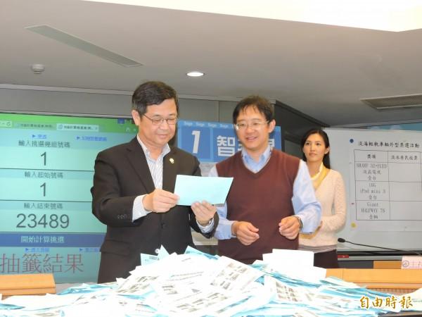 參加票選活動者,現場抽出平板電腦、液晶螢幕等大獎。(記者賴筱桐攝)