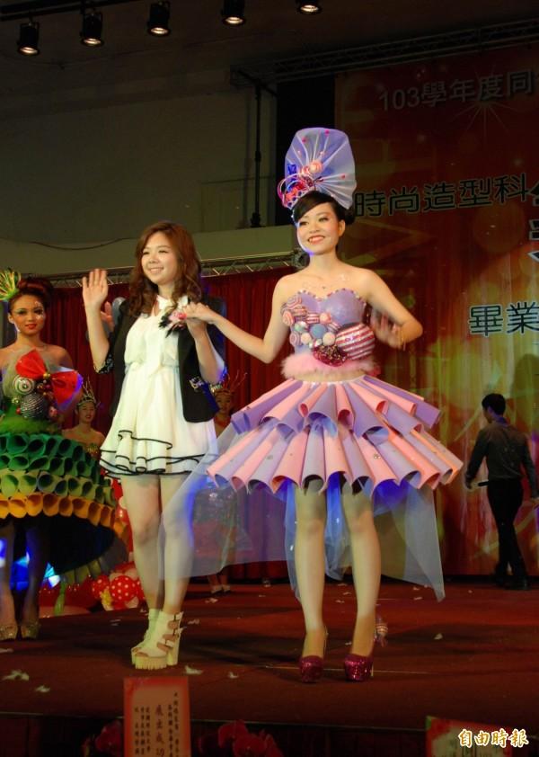 草屯鎮同德家商畢業展,美容科學生包辦服裝設計、化妝和走秀,衣服加入回收的美工材料。(記者陳鳳麗攝)