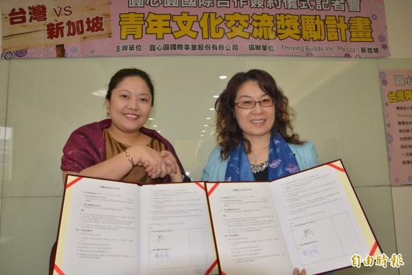 包心粉圓業者魏淑鳳(右)和新加坡公司簽約,將送台灣青年前往當地打工換宿。(記者朱則瑋攝)