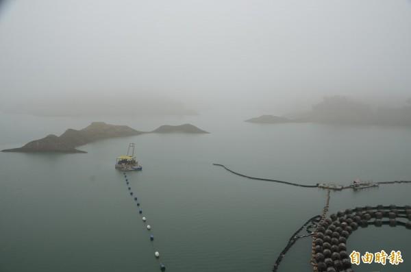 南化水庫大壩湖面一片迷霧,卻沒有繼續降雨。(記者吳俊鋒攝)
