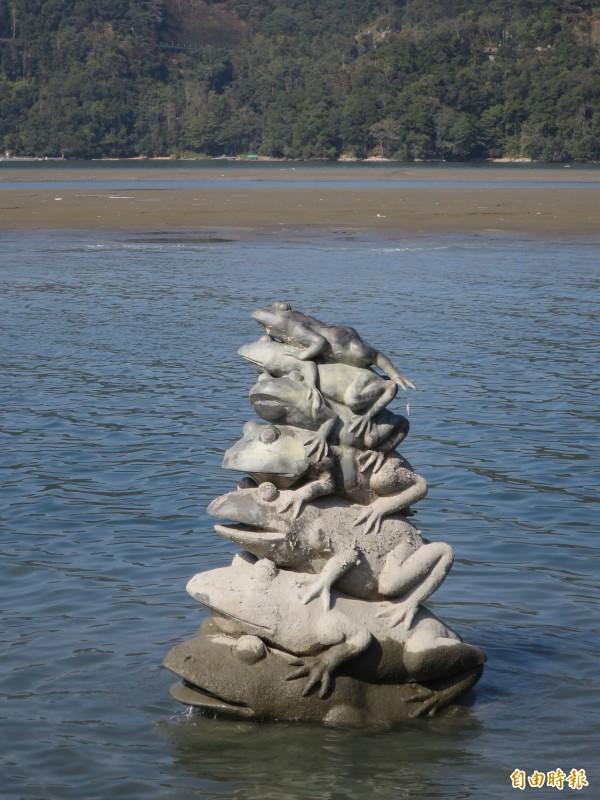 年初日月潭水位逐漸下降,但潭面上仍能看到九蛙疊像中的七蛙。(資料照,記者劉濱銓攝)