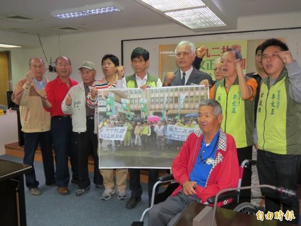 台南市議員李文正及沈建德等人反對「九二共識」,強調台灣不屬於中國。(記者蔡文居攝)