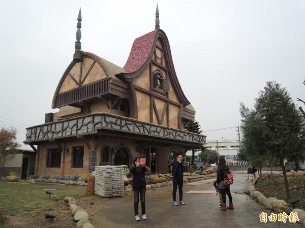 「熊大庄」觀光工廠以中古、歐風建築,今天吸引大批遊客到此一遊,不過園區工程還未完工。(記者王善嬿攝)