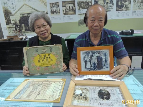 傅秋惠、傅乃誠姊弟展出祖父傅祥露親寫的族譜與珍藏的文物、老照片。(記者林孟婷攝)
