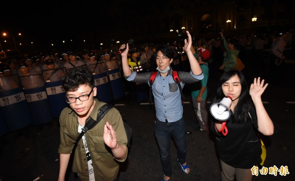 發起人之一吳崢(中)引導抗議成員離開現場。(記者羅沛德攝)