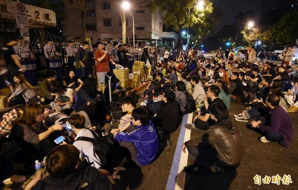 警方在1日清晨三點半展開驅離,抗議成員隨後轉往陸委會前。(記者羅沛德攝)