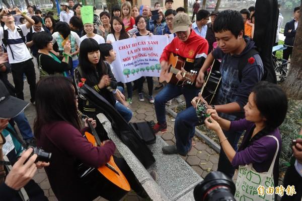 台資製鞋業者寶成越南廠逾9名員工,因不滿政府實施新退休金制度,過去1週發動罷工,迫使越南政府修法讓步。週一寶成員工已結束罷工,返回工作崗位。(法新社)