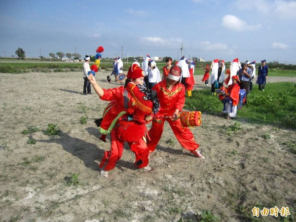 許家子孫請來布馬陣送阿嬤最後一程,讓阿嬤「含笑歸土」,更重現在台灣已十分少見的殯葬儀式。(記者廖淑玲攝)