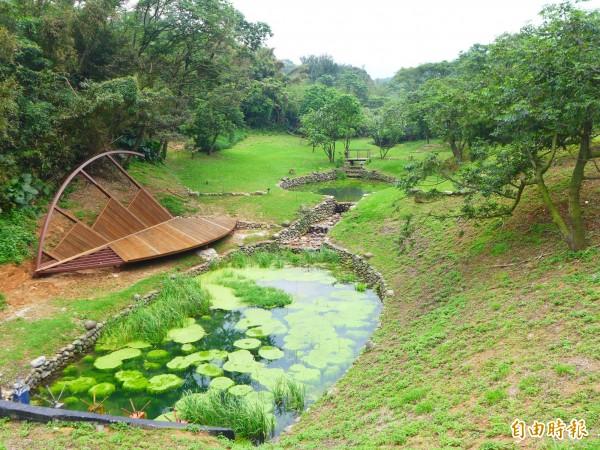 真愛森林步道沿線周邊有「馬偕池」、「聰明橋」等與馬偕博士和三芝地區的歷史脈絡、人文背景相關的景觀。(記者李雅雯攝)