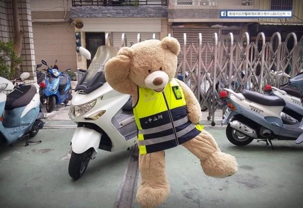 李蒨蓉關臉書單腳立照絕響,高市警官讓熊偶單腳立為粉絲頁吸人氣。(記者黃良傑翻攝)