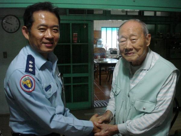 老飛行員金英(右)歡度百歲壽誕,空官政戰主任廖志遠代表向老校友祝壽。(圖由空軍官校提供)