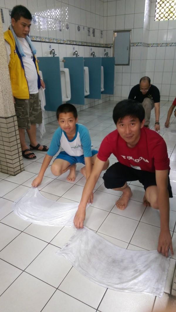 企業主及師生們一起清掃廁所,學習人生態度。(永平高中提供)
