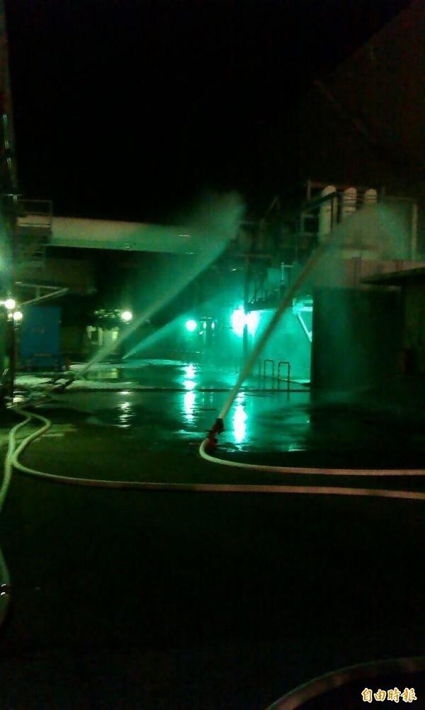 核三廠火警意外,消防水柱正在灌救降溫。(記者蔡宗憲翻攝)