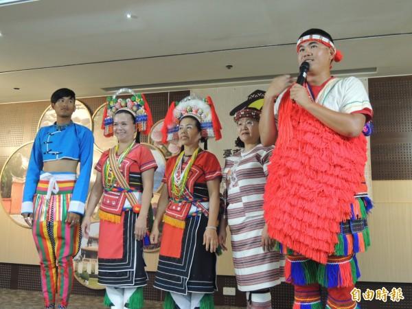札哈木部落大學課程之一,認識原住民服飾。(記者洪瑞琴攝)