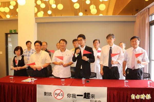 雲林縣醫師團體站出來,要政府確保人民呼籲乾淨空氣的自由。(記者詹士弘攝)
