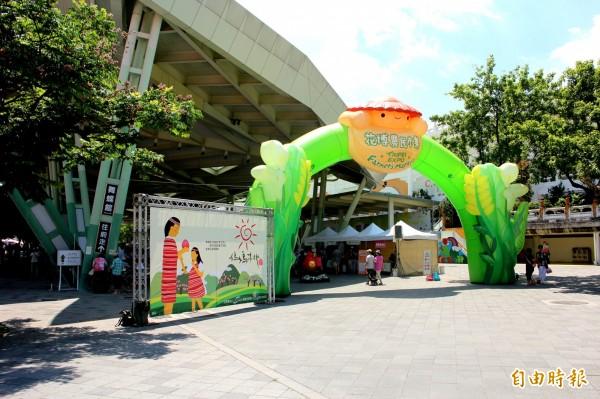 台北市今於花博園區舉辦農民市集,主打販售來自桃園市復興區拉拉山腳的「媽媽桃」。(記者郭逸攝)