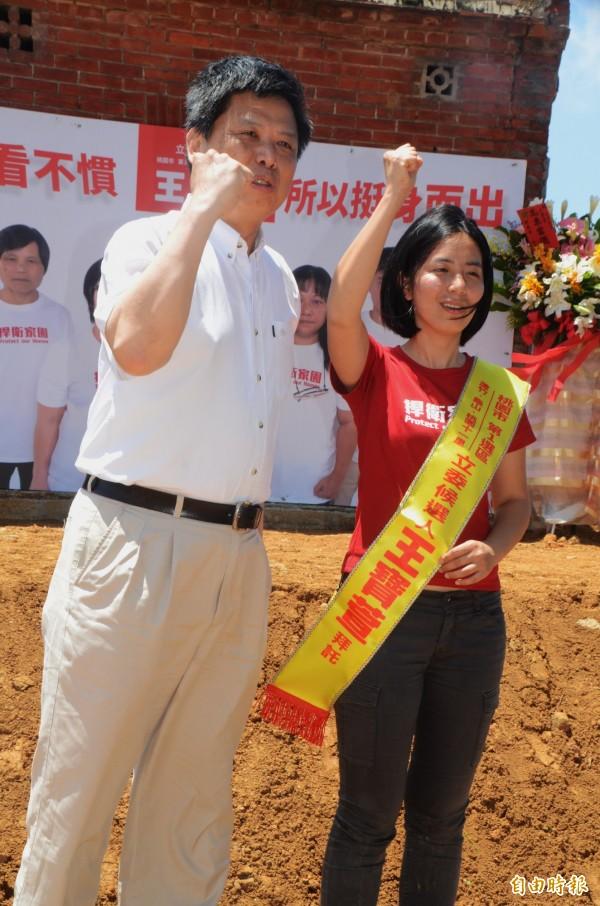 政大地政系教授徐世榮為王寶萱披上彩帶。(記者鄭淑婷攝)