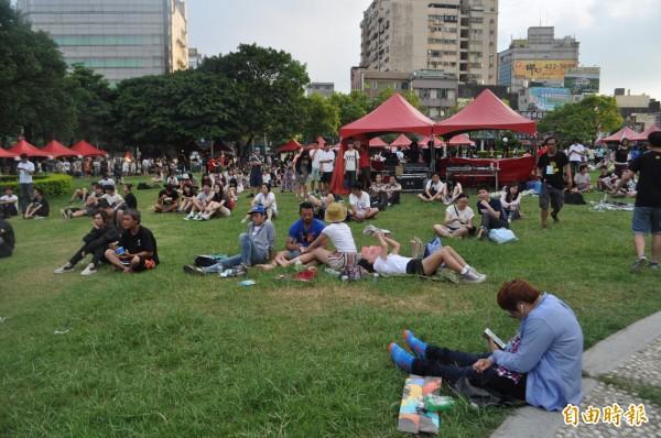 熱愛音樂的人一起在中正公園一塊在草地上歌唱和跳舞。(記者李容萍攝)
