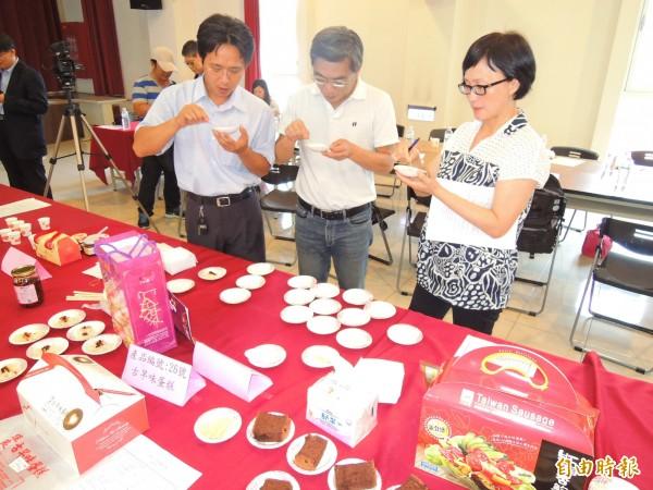 埔里鎮公所今天舉辦十大伴手禮評選,評審委員仔細品嚐參選產品的風味。(記者佟振國攝)