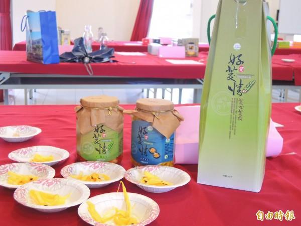 結合茭白筍與百香果製成的茭白筍造型泡菜禮盒,獲得埔里十大伴手禮第一名。(記者佟振國攝)